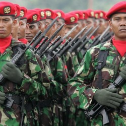 The Indonesian special army force (KOPASSUS) listens to a speech by Indonesian President Susilo Bambang Yudhoyono during the 60th anniversary celebration of Indonesia's military at Halim military airport in Jakarta October 5, 2005. Yudhoyono said on Wednesday he had asked the military of Indonesia, the world's fourth most populous country, to help in the anti-terror fight. Indonesia was hit by suicide bombings in Bali on October 1 that killed 22 people. REUTERS/Enny Nuraheni
