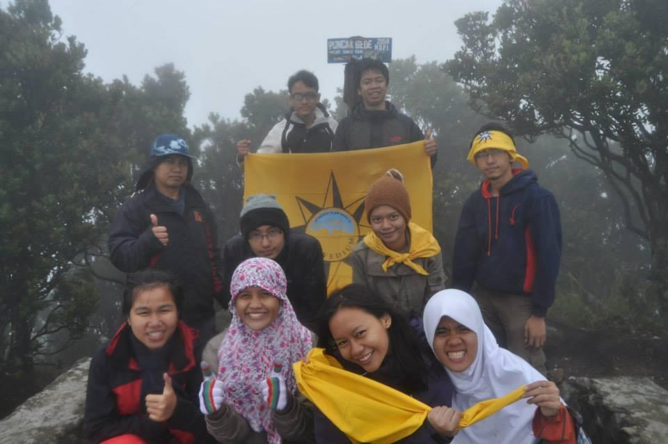 Sampai di puncak Gunung Gede