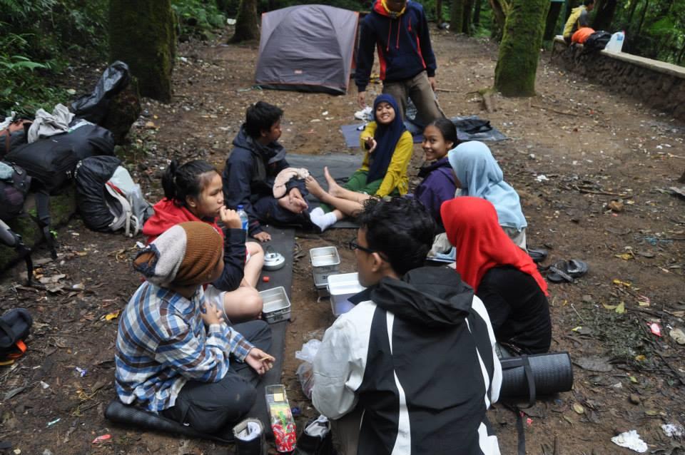 Makan siang di Kandang Batu