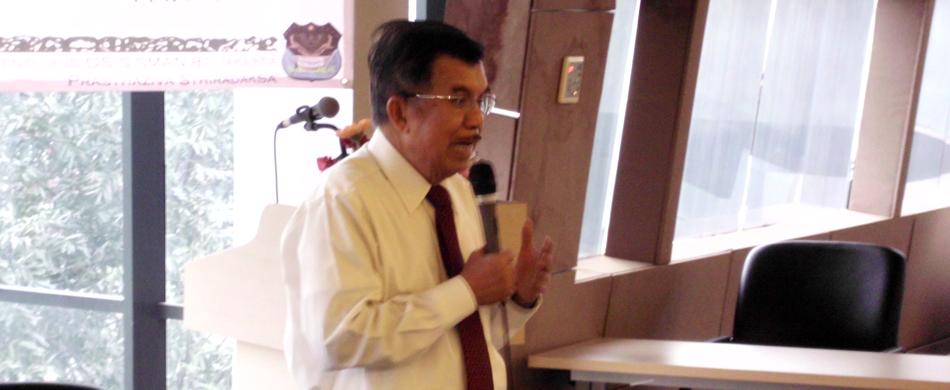 Pak Jusuf Kalla sedang menyampaikan materi mengenai pentingnya semangat berbisnis di kalangan pemuda.