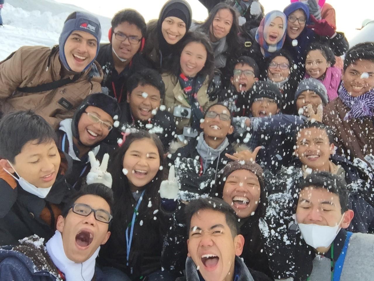 Mission accomplished: Selfie ditengah keasyikkan perang salju!