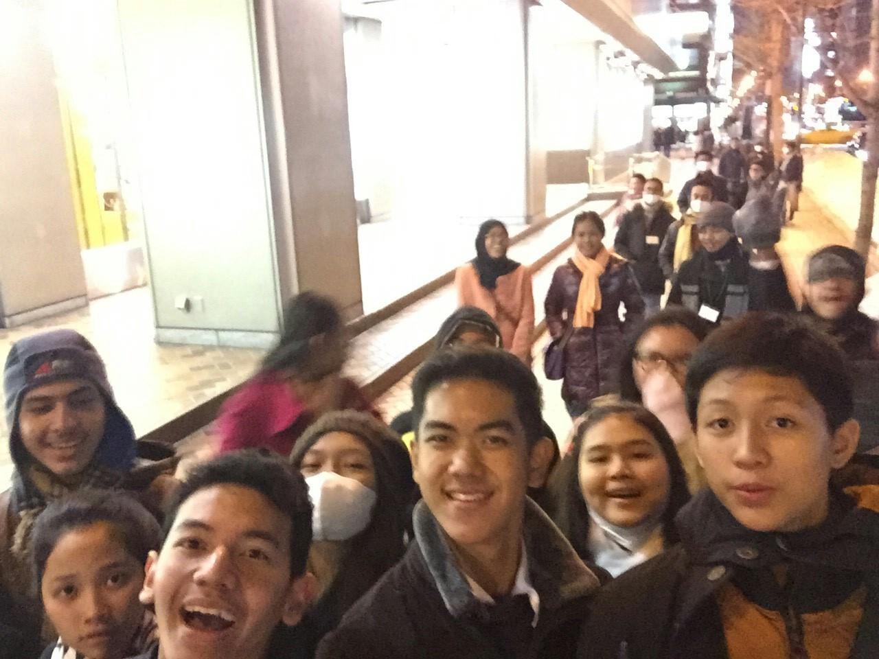 selfie di tengah jalan bersama para penjelajah malam