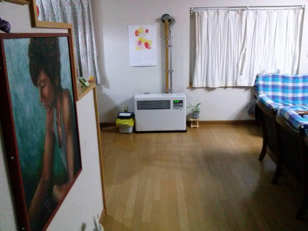 Lukisan Aki menyambut kami di depan pintu