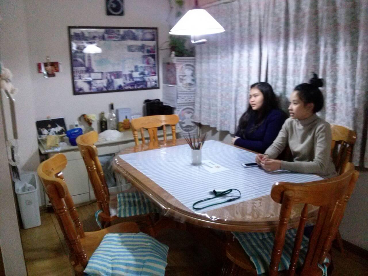Sasa dan Cia sedang menunggu Suzuki-san menyiapkan makan malam
