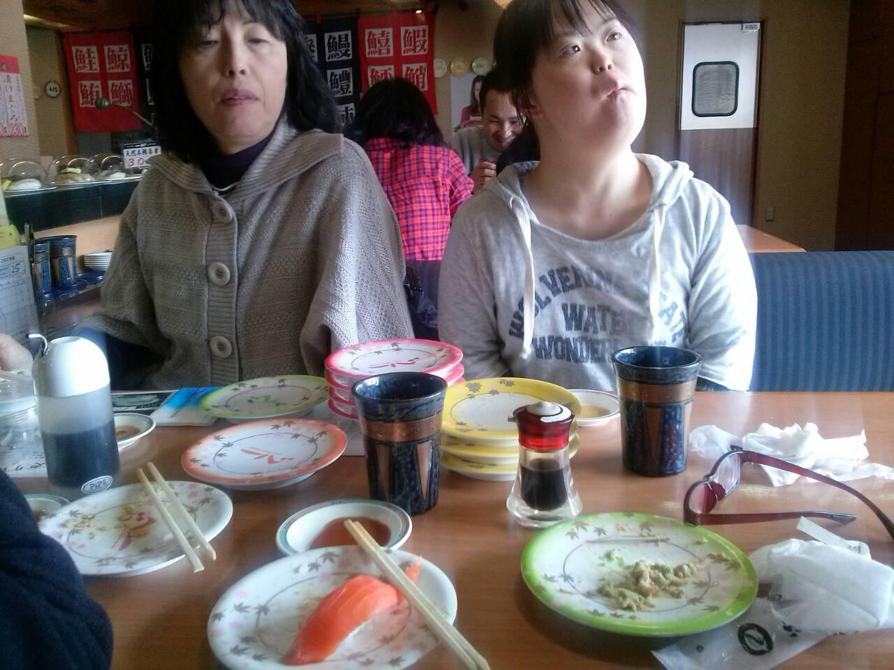 Suzuki-san dan Tomo-chan, habis menyantap sushi
