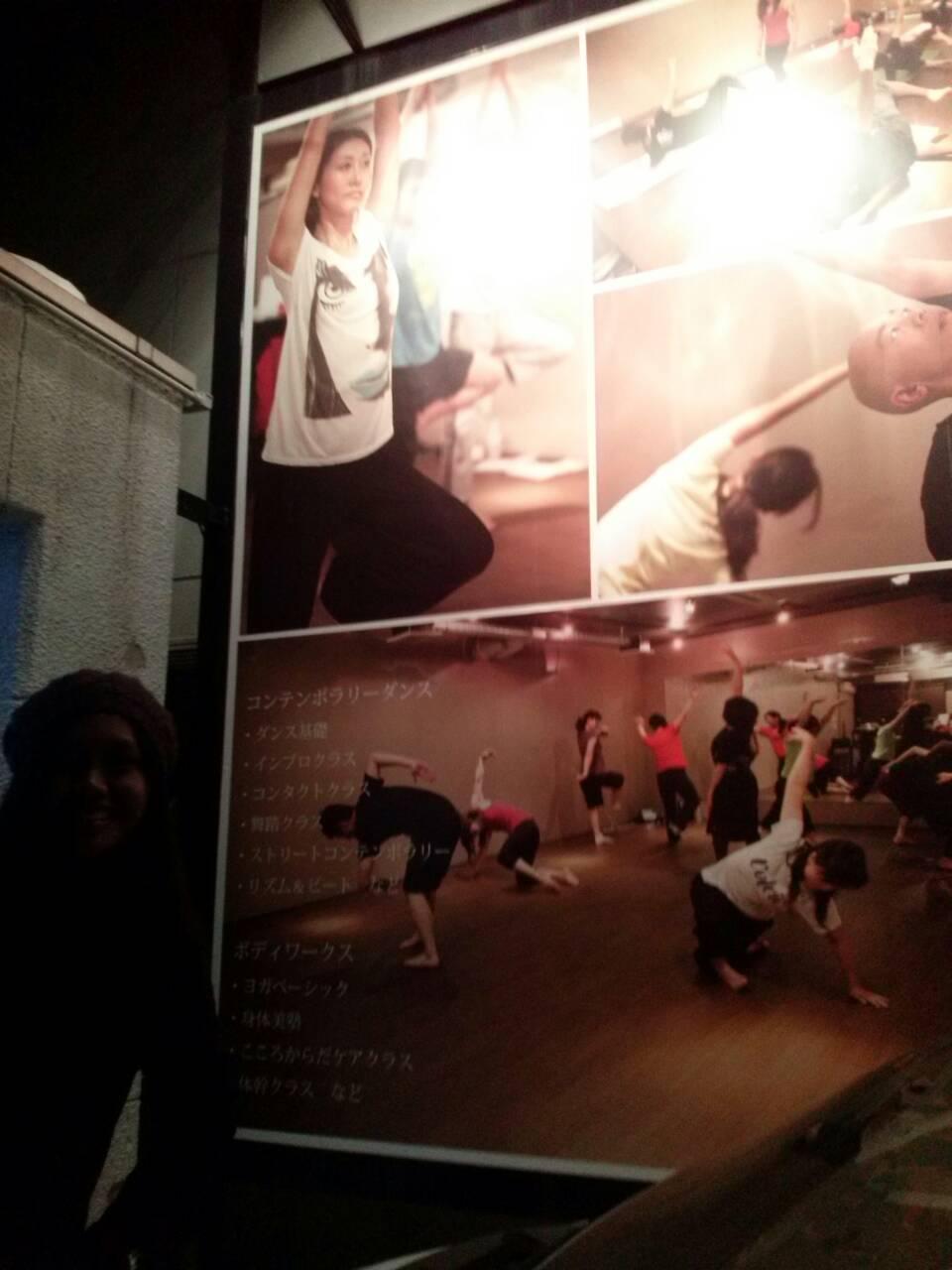 Aku di depan Dance Studio Aki-san, setelah menonton mini showcase