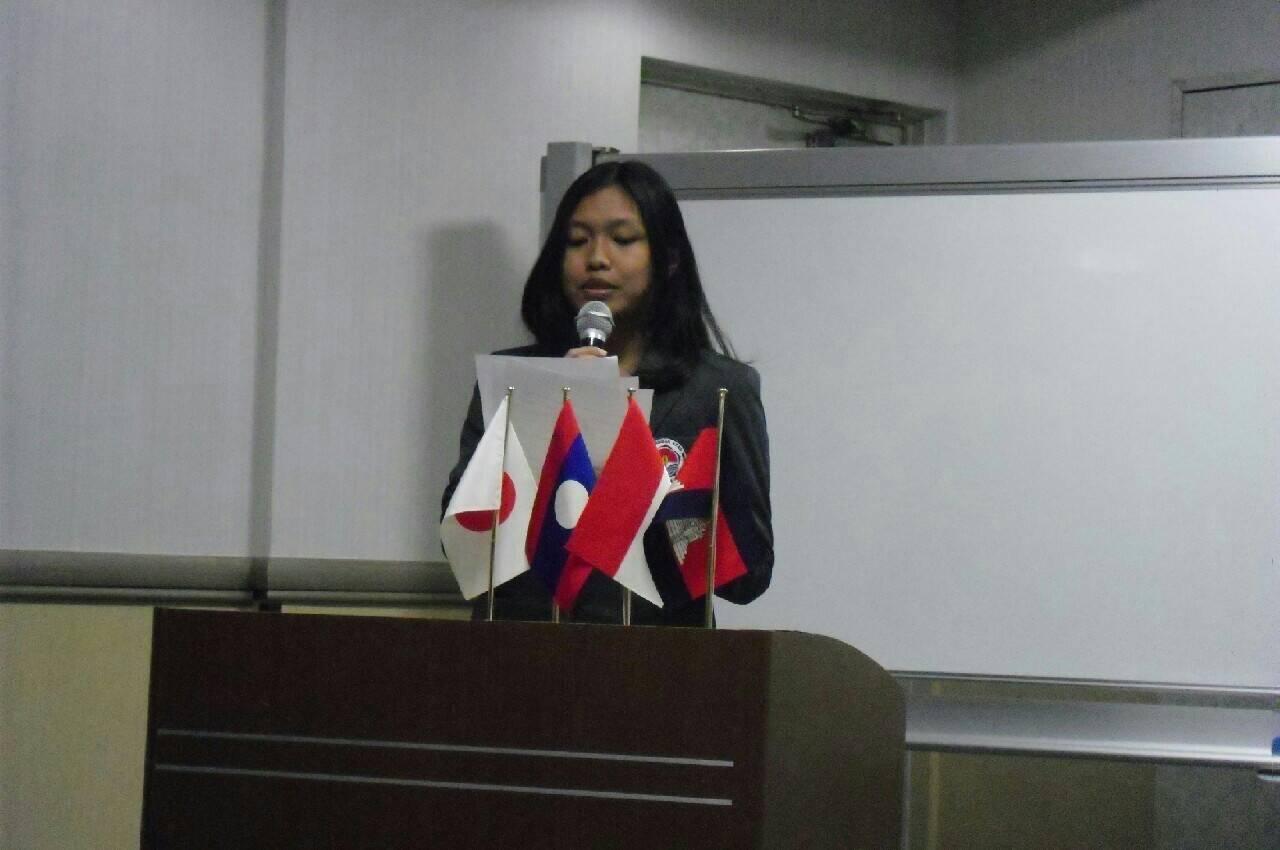 Saya membaca naskah presentasi dalam bahasa Indonesia, yang kemudian diterjemahkan ke bahasa Jepang oleh koordinator