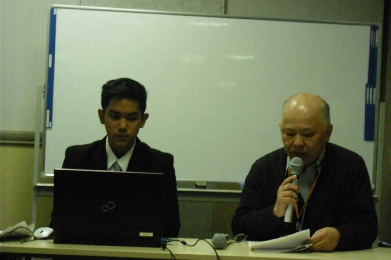 Alvin dan koordinator sekaligus penerjemah kami, sedang menghandle slideshow