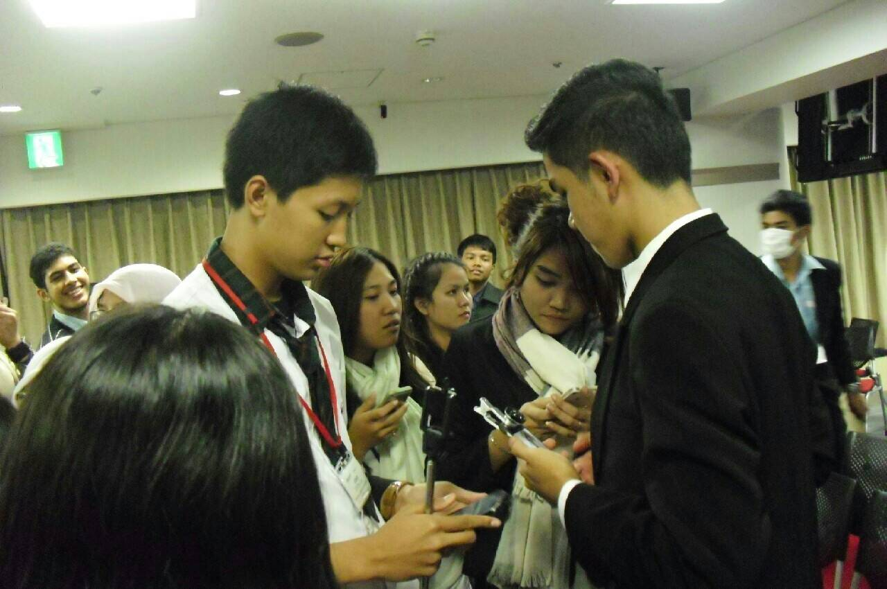 Banyak peserta antar negara yang sibuk bertukar kontak dengan peserta negara lain