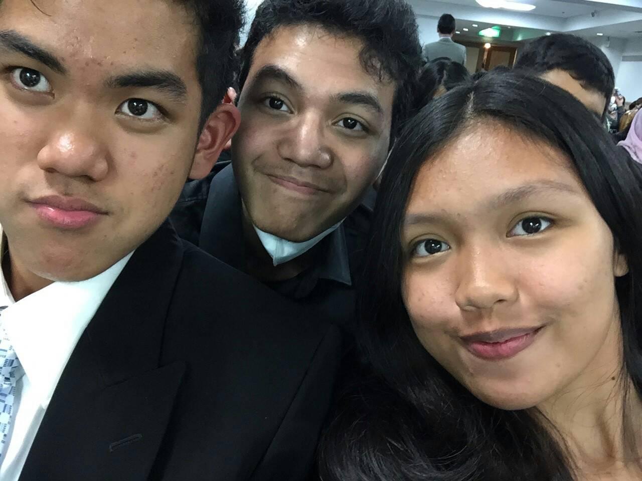 Alvin, Krishna dan Saya, tim sukses presentasi final Group A :p