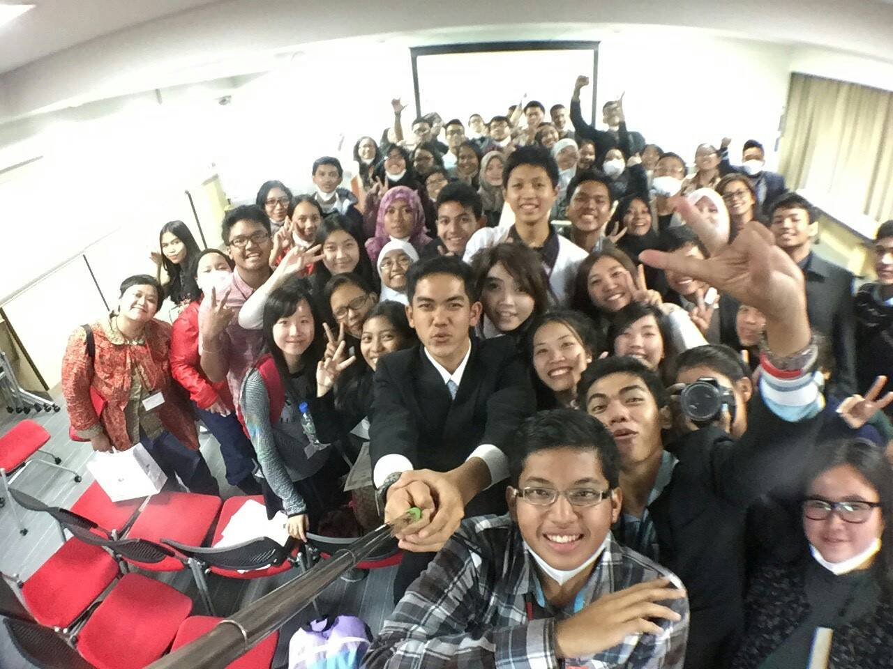 Seluruh peserta Jenesys 2.0, baik dari Kamboja, Laos dan Indonesia, berfoto menggunakan tongsis!:p