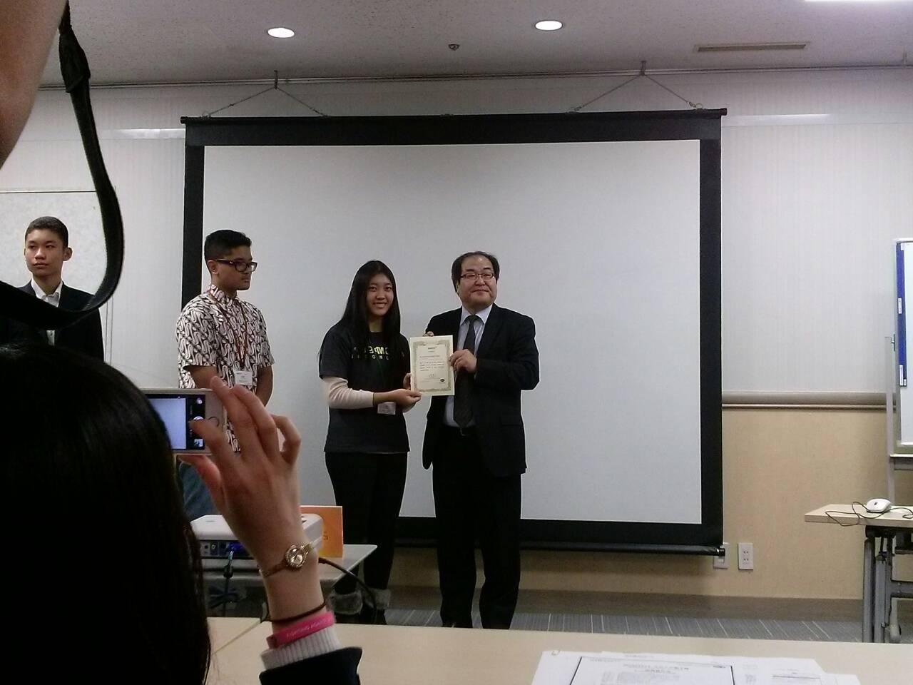 Rosalyn sebagai wakil Indonesia yang mendapat sertifikat penghargaan